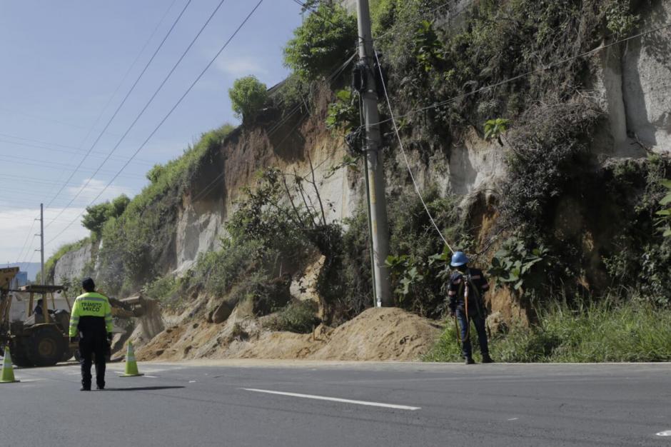 Los conductores también corren peligro, ya que el derrumbe puede ser mayor. (Foto: Alejandro Balán/Soy502)