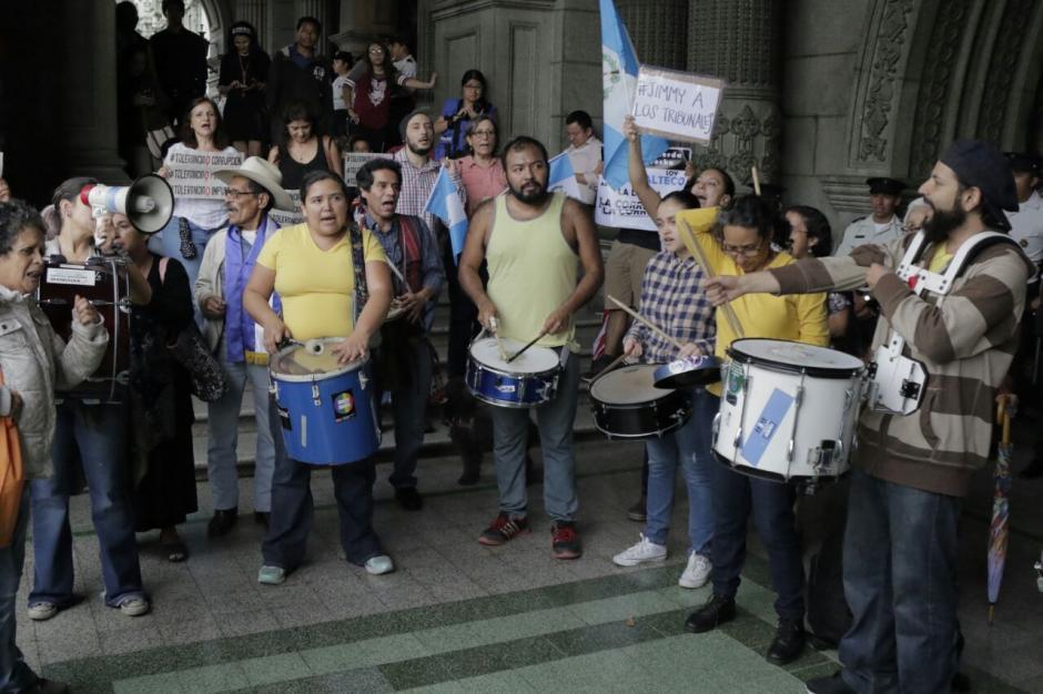 """""""La batucada del pueblo"""" manifestó frente al Palacio Nacional de la Cultura. (Foto: Alejandro Balán/Soy502)"""