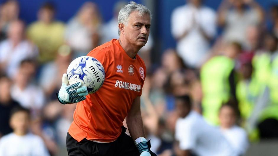 Mourinho se uso los guantes y jugó de portero. (Foto: Twitter)