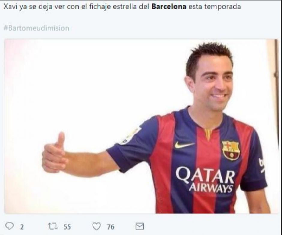 Xavi posa con el último refuerzo del Barcelona.  (Foto: Twitter)