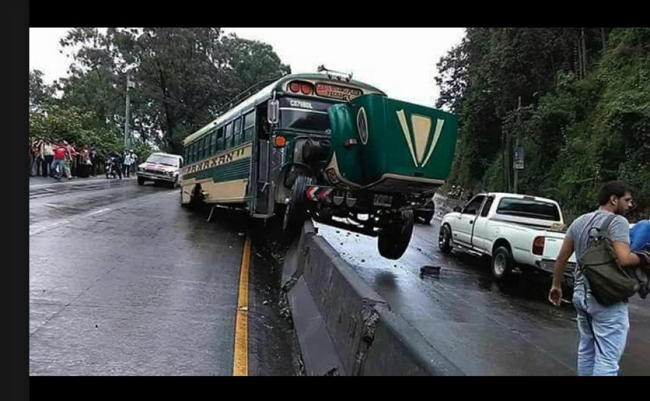 Así quedó uno de los buses involucrados en el accidente ocurrido en la cuesta de Villa Lobos. (Foto: Noticias VN/Facebook)