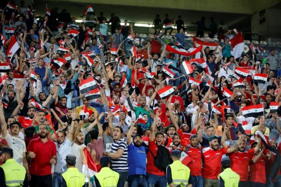 Los aficionados sirios festejaron por todo lo alto avanzar al repechaje. (Foto: AFP)