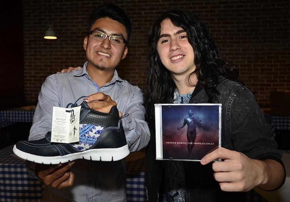 El guitarrista guatemalteco Hedras RAmos lanza disco y línea de calzado. (Foto: Selene Mejía/Soy502)