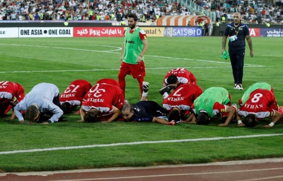 Los jugadores de Siria agradecen a Alá tras empatar 2-2 contra Irán. (Foto: AFP)