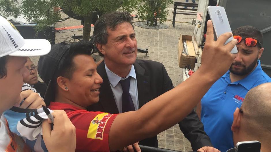 Mario Kempes se toma una selfie con un aficionado de Municipal. (Foto: Luis Barrios/Soy502)