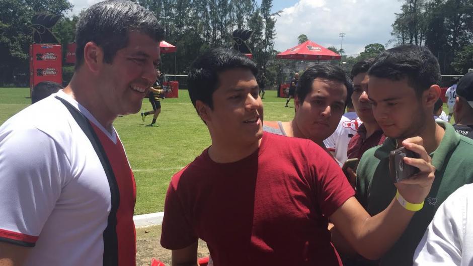 """Fernando Palomo también compartió con los aficionados a """"Fuera de Juego"""". (Foto: Luis Barrios/Soy502)"""
