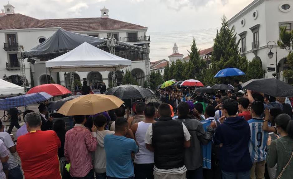 """Ni la lluvia desanimó a los fans en la grabación de """"Fuera de Juego"""" en Guatemala. (Foto: Luis Barrios/Soy502)"""