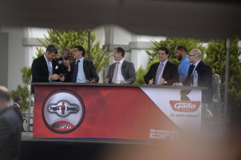 """Todd Robinson, embajador de Estados Unidos en Guatemala, visitó al elenco de """"Fuera de Juego"""". (Foto: Wilder López/Soy502)"""