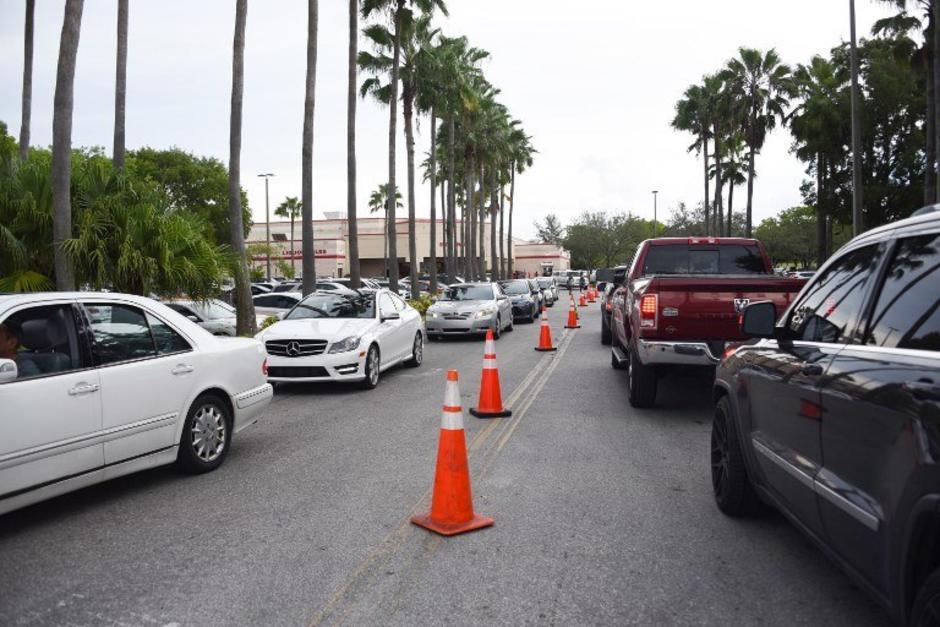 Cientos de personas huyen de Miami, Florida. (Foto: AFP)