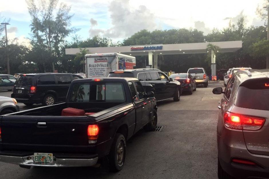 Las gasolineras se encuentran saturadas y reportan kilómetros de filas de clientes. (Foto: AFP)