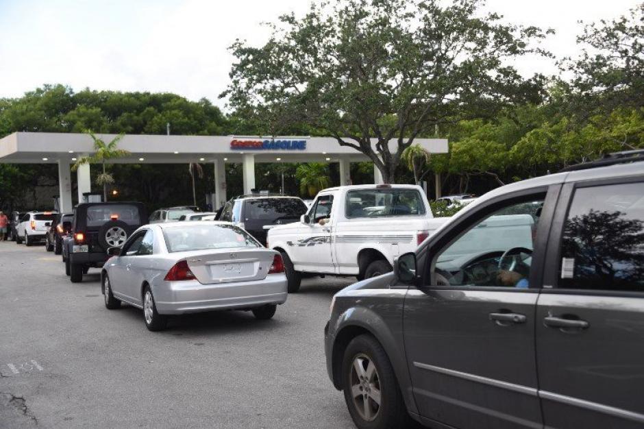 Cientos de personas buscan abastecerse de combustible. (Foto: AFP)