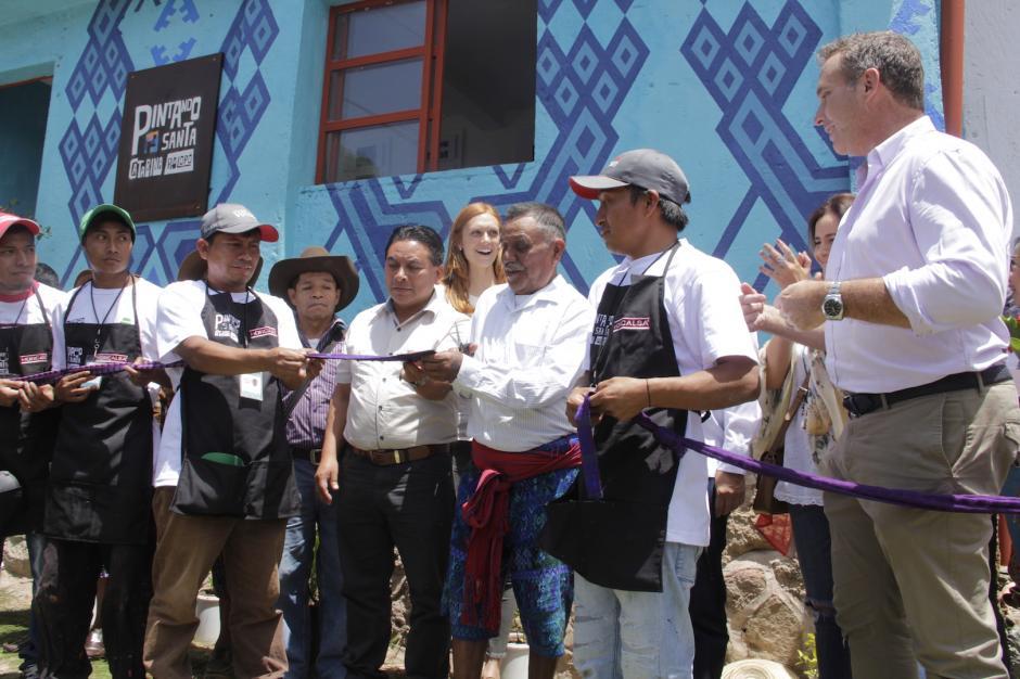 Los líderes del pueblo cortaron la cinta simbólica de inauguración. (Foto: Fredy Hernández/Soy502)