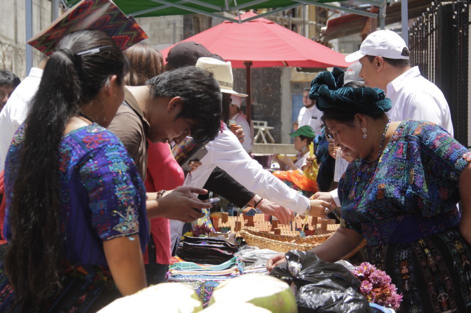 Los artesanos muestran sus creaciones a los visitantes. (Foto: Fredy Hernández/Soy502)