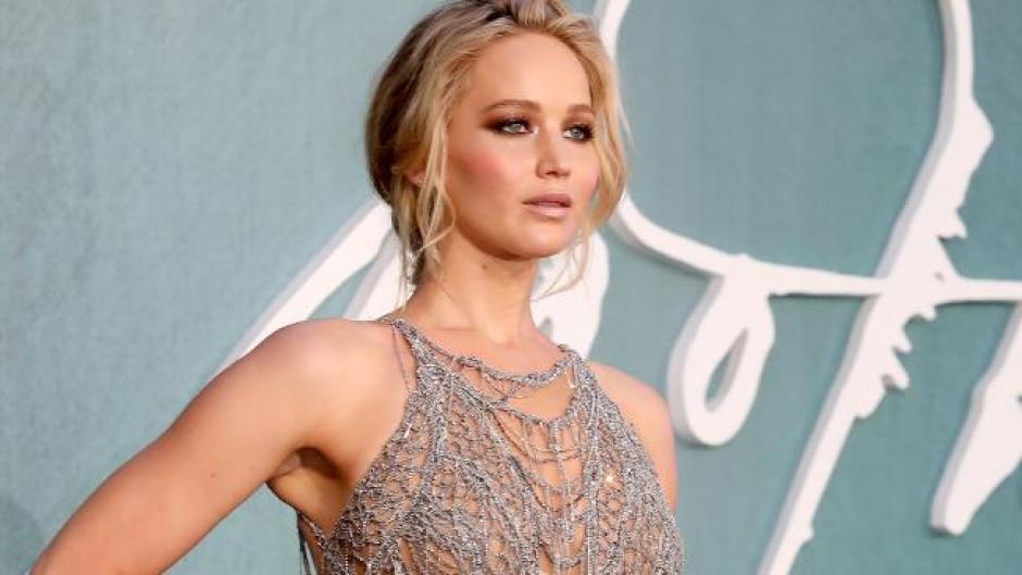 El vestido transparente de Jennifer Lawrence sorprende en Londres. (Foto: AFP)