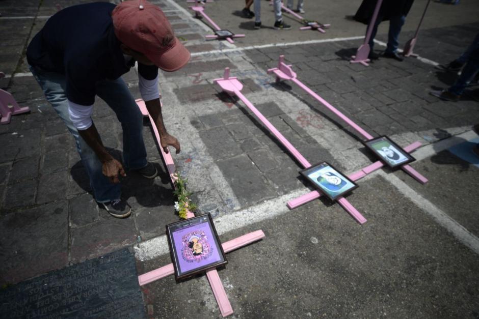 Los guatemaltecos observaron la muestra colocada frente a Palacio. (Foto: Wilder López/Soy502)