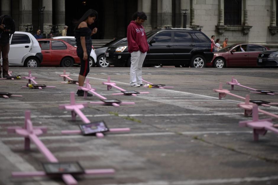 41 fotos y cruces rosadas fueron colocadas en la Plaza. (Foto: Wilder López/Soy502)