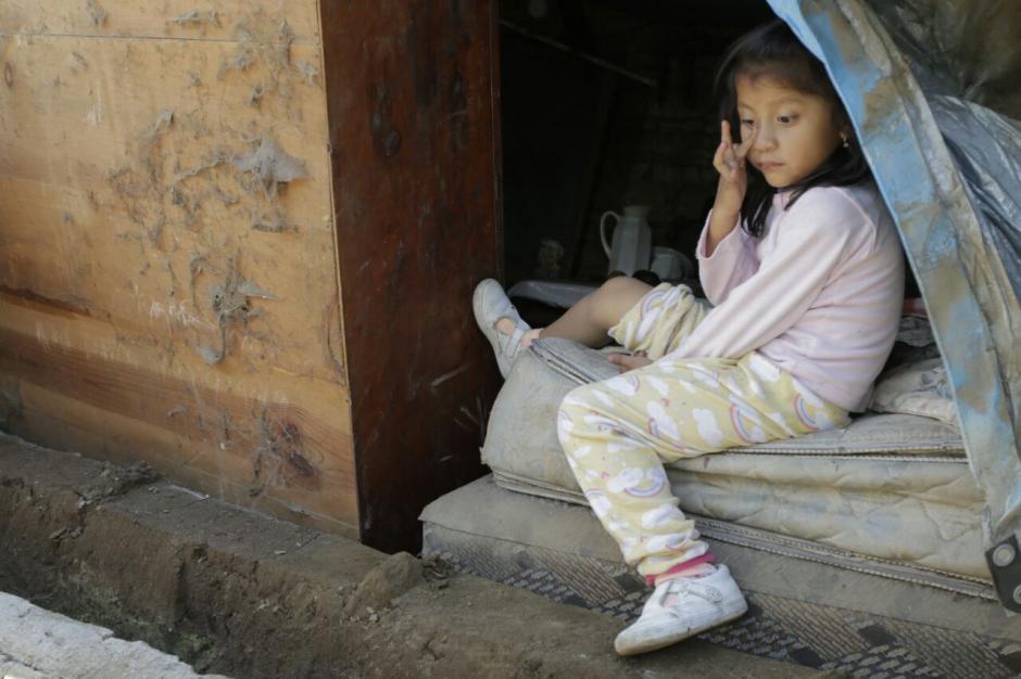 Una niña observa los destrozos en la zona 9. (Foto: Alejandro Balán/Soy502)