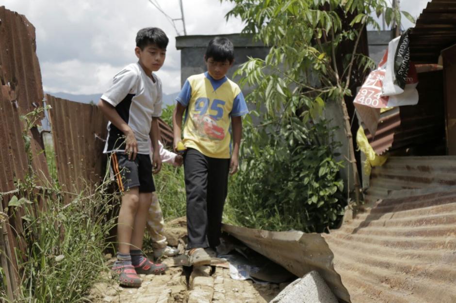 Los amigos de Carlos llegan a visitarlo y lo animan ante la tragedia. (Foto: Alejandro Balán/Soy502)