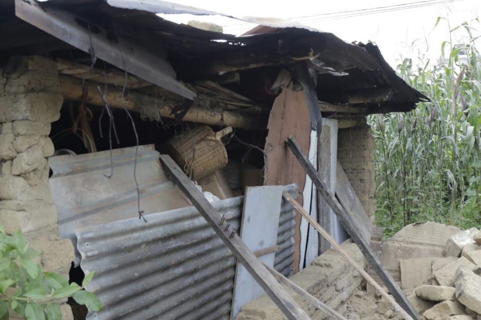 Unos parales evitaron que el resto de la residencia se cayera. (Foto: Alejandro Balán/Soy502)