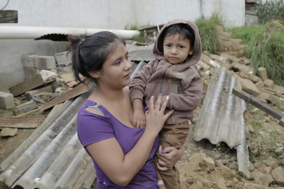 Lucero Hernández carga a su hijo con la esperanza de una nueva oportunidad. (Foto: Alejandro Balán/Soy502)