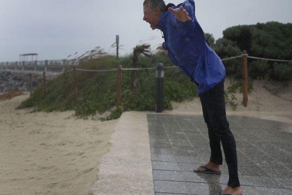 Varias personas se acercaron a las playas de Miami Beach para esperar la llegada del huracán. (Foto: CNN)