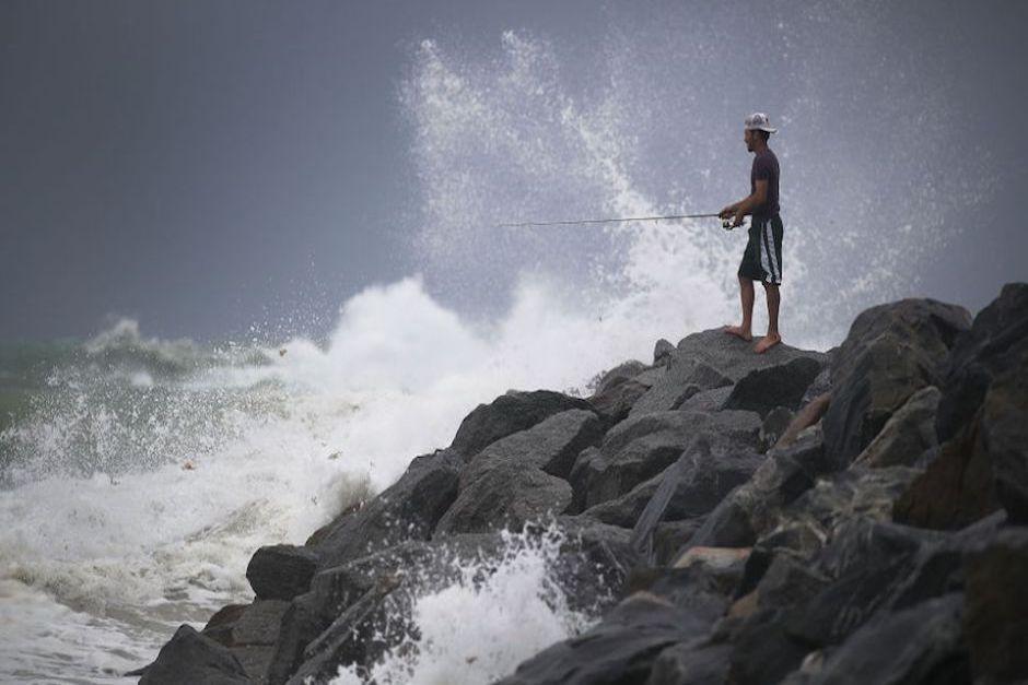 Pese a que las autoridades pidieron evacuar la zona, un residente decidió irse de pesca. (Foto: CNN)