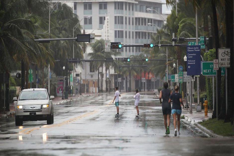 Otros decidieron hacer deportes por las calles desiertas de Miami Beach. (Foto: CNN)