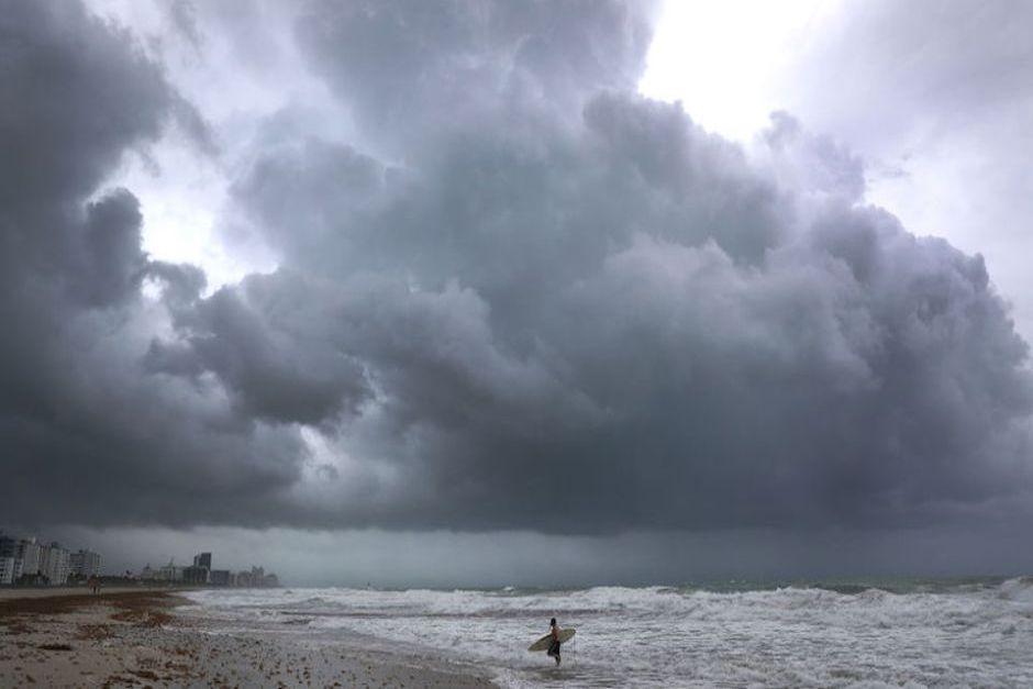 Algunos intrépidos aprovecharon la condición climática para surfear en Miami Beach. (Foto: CNN)