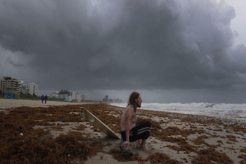 El surfista James Sampero, espera la llegada de una buena ola para lanzarse al mar. (Foto: CNN)