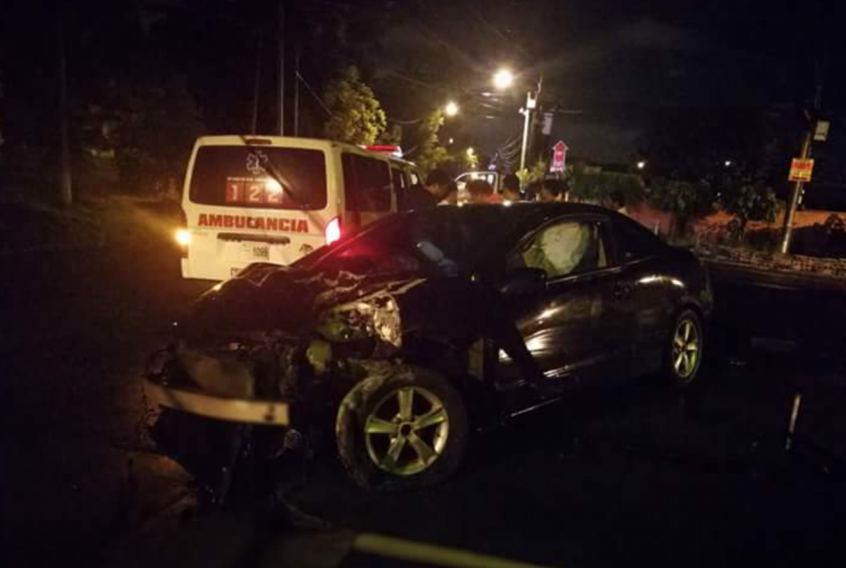 Así quedó el vehículo que se empotró en varios postes. (Foto: @EmixtraPablo)