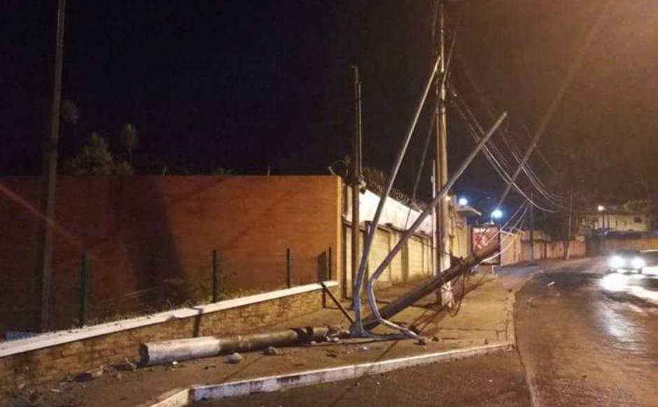 El automóvil se llevó varios postes del alumbrado eléctrico. (Foto: @EmixtraPablo)
