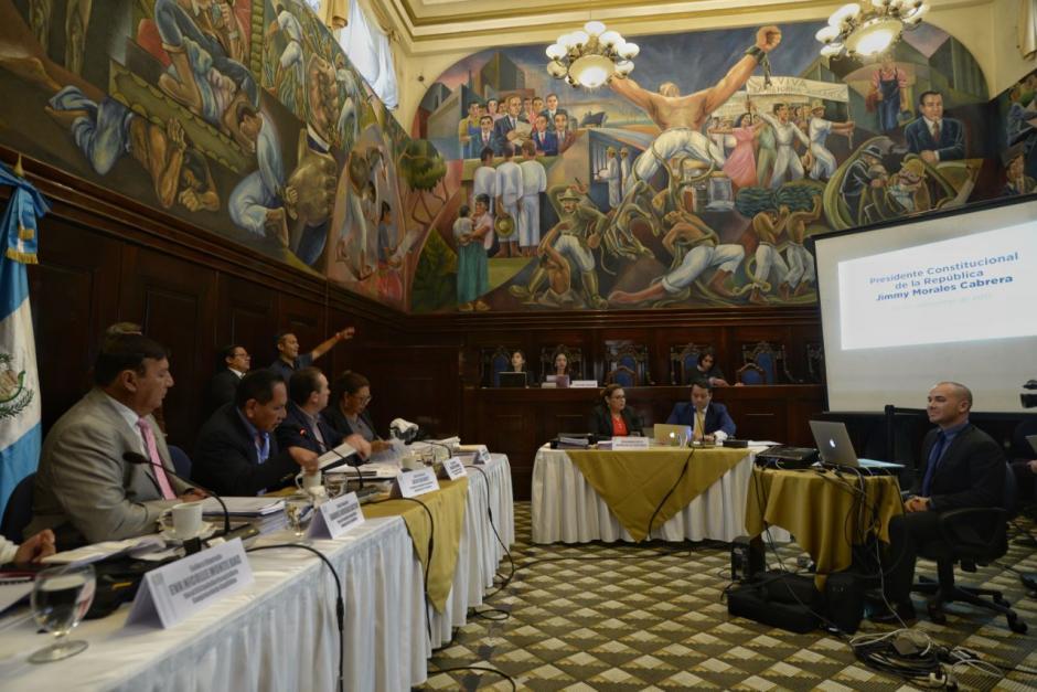 La Comisión Pesquisidora recibió al representante del Presidente. (Fotos: Wilder López/Soy502)