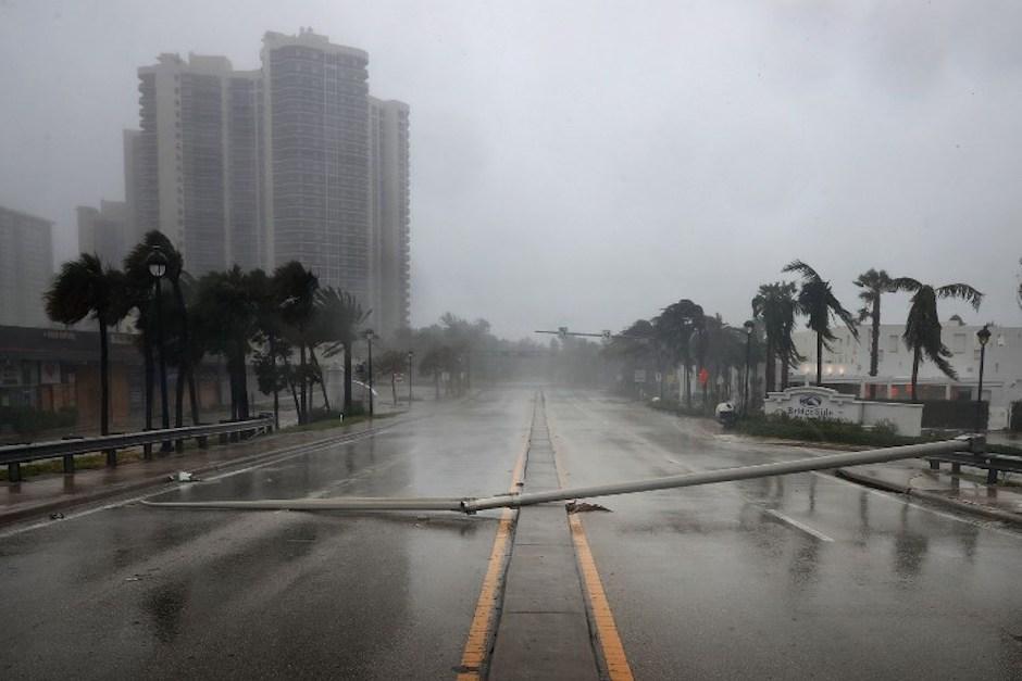 Un poste bloquea una de las calles de Fort Lauderdale. (Foto: AFP)