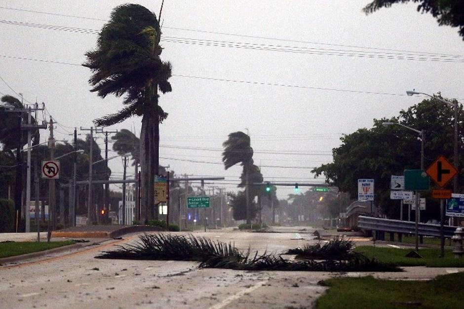 Las calles de varias ciudades de Florida lucen vacías tras la llegada del huracán. (Foto: AFP)