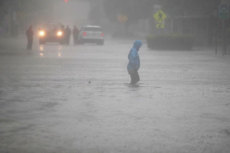 A pesar del peligro, algunos incautos salen a las calles de Florida. (Foto: AFP)
