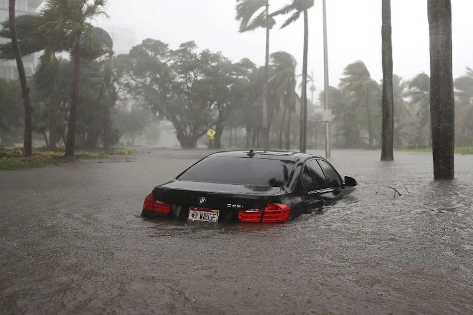 En una de las avenidas de Miami, el agua se elevó a más de medio metro de altura. (Foto: AFP)