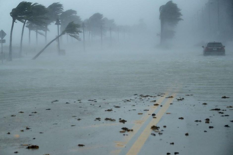 Un vehículo quedó abandonado en el bulevar norte de Fort Lauderdale. (Foto: AFP)