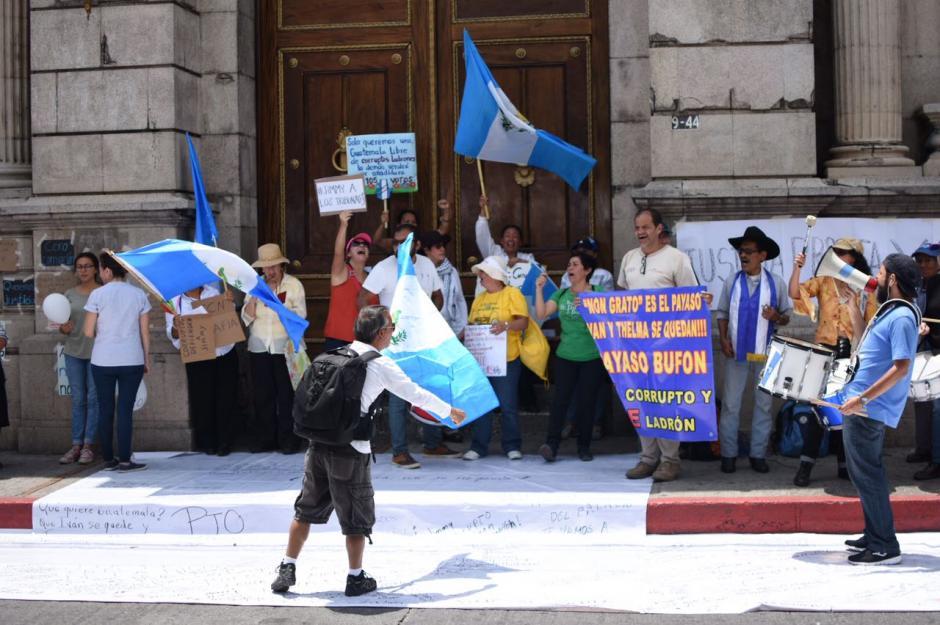 Este domingo, un grupo de personas manifestó en las afueras del Congreso. (Foto: Wilder López/Soy502)