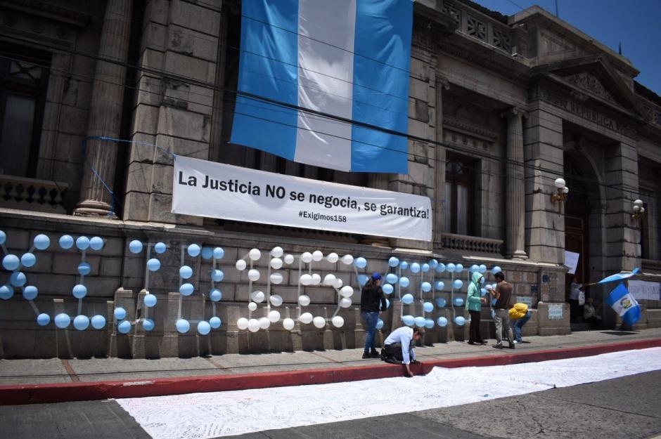 Los manifestantes colocaron pancartas y gritaron consignas en demanda del retiro del antejuicio al Presidente. (Foto: Wilder López/Soy502)