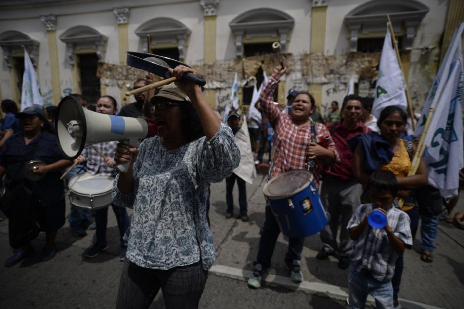 Varios manifestantes piden al Congreso los 105 votos. (Foto: Wilder López/Soy502)