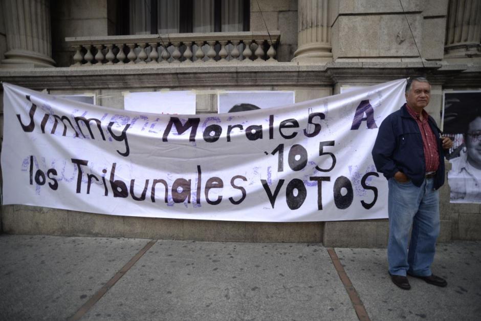 Varias mantas piden los 105 votos para retirar la inmunidad a Jimmy. (Foto: Wilder López/Soy502)