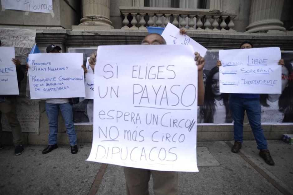 Así se manifiestan varias personas frente al Congreso. (Foto: Wilder López/Soy502)