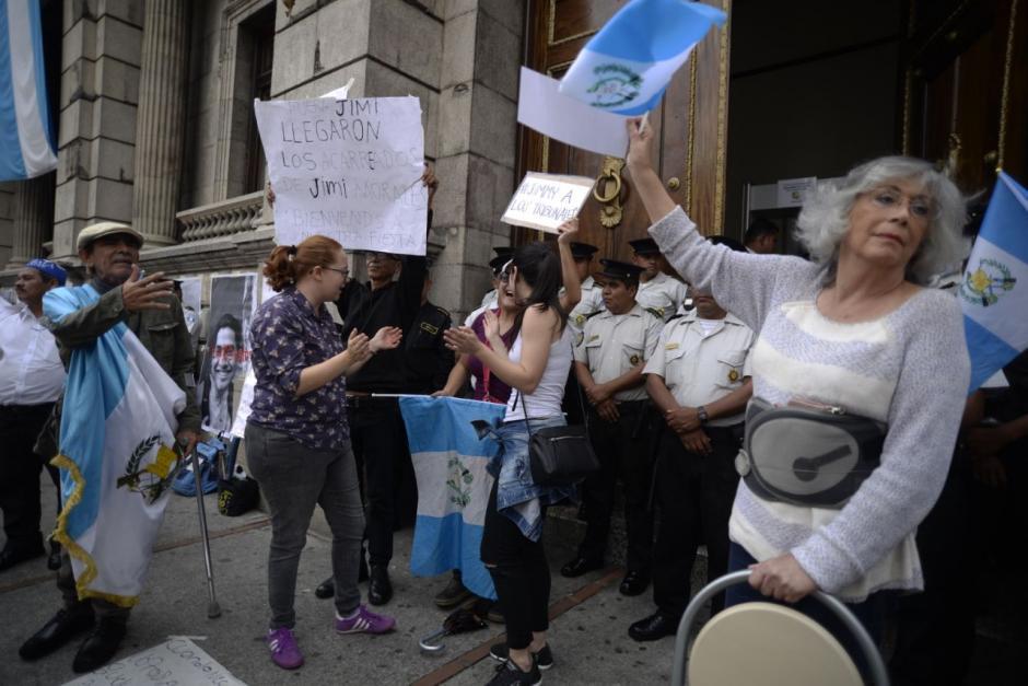 Dos manifestaciones llegaron al Congreso: una apoya al presidente y otra exige los 105 votos a los diputados. (Foto: Wilder López/Soy502)