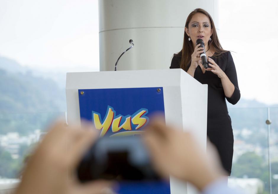 Mónica Serrano, gerente de marca de Yus, habló sobre las características de la nueva presentación Yus Carambola. (Foto: George Rojas/Soy502)