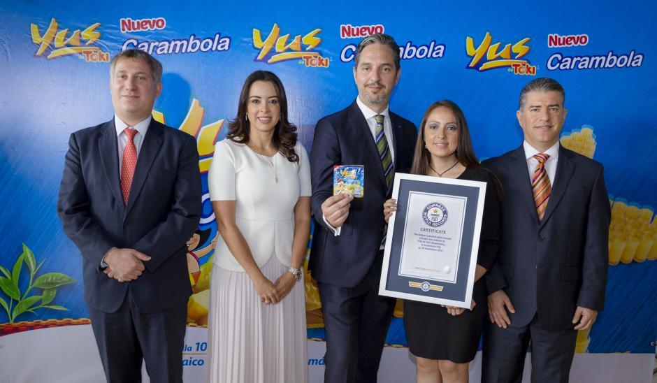 Representantes de Yus y Malher muestran orgullosos el reconocimiento de Récord Guinness. (Foto: George Rojas/Soy502)
