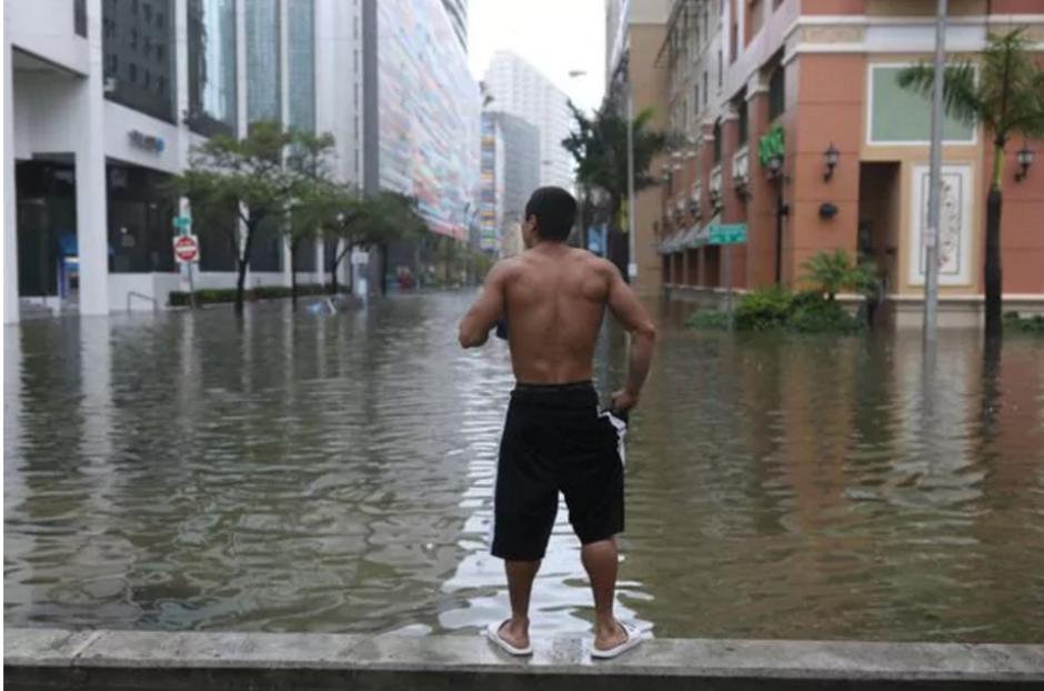 Se desploman dos grúas de construcción en Miami por