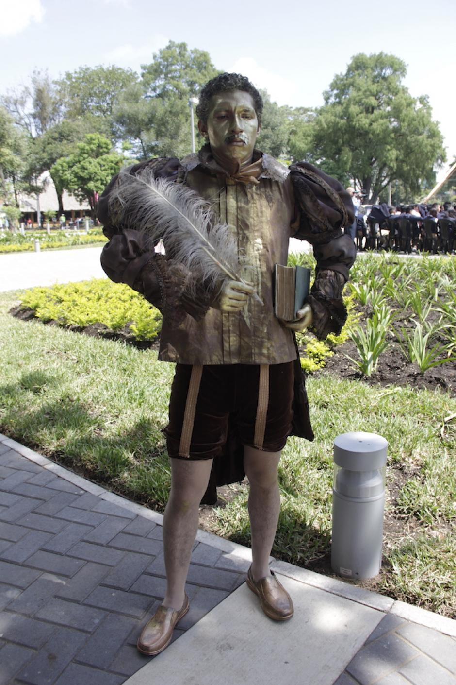 Un hombre disfrazado con traje de época dio la bienvenida a los visitantes durante la inauguración de la obra. (Foto: Fredy Hernández/Soy502)