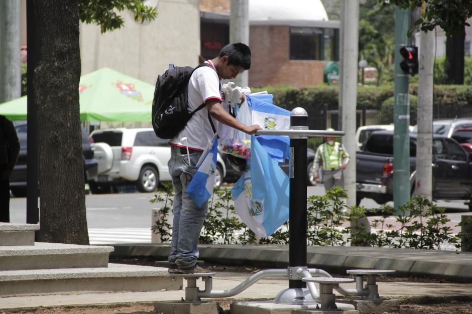 Un vendedor dedicó unos minutos para ejercitarse. (Foto: Fredy Hernández/Soy502)