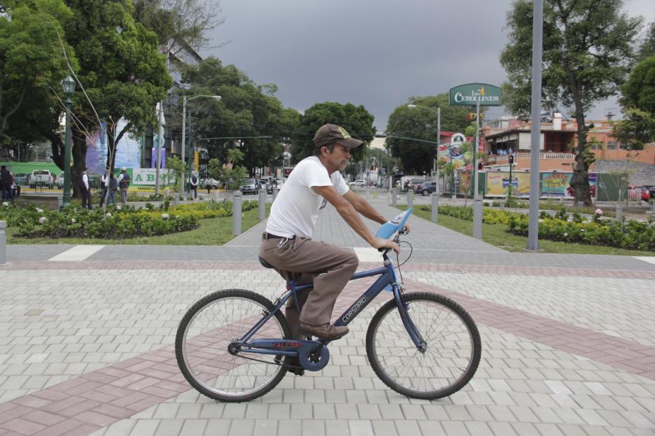 Un hombre paseó en su bicicleta sobre la Plaza España al finalizar el acto oficial. (Foto: Fredy Hernández/Soy502)