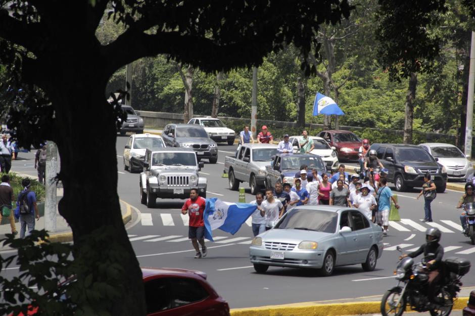 Los grupos de corredores llevan el fuego patrio por distintos de la capital. (Foto: Fredy Hernández/Soy502)